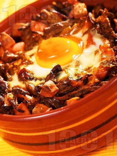 Гювече със зелен фасул (боб), кренвирши и яйца на фурна - снимка на рецептата